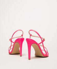 Sandalette aus Lederimitat in Neonfarbe Neonpink Frau 201MCT020-04