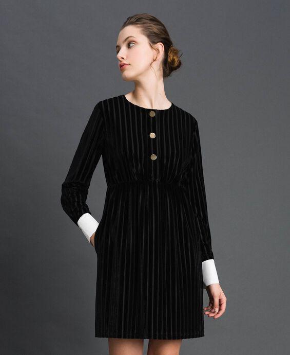 Бархатное платье деворе с эффектом меловой полоски