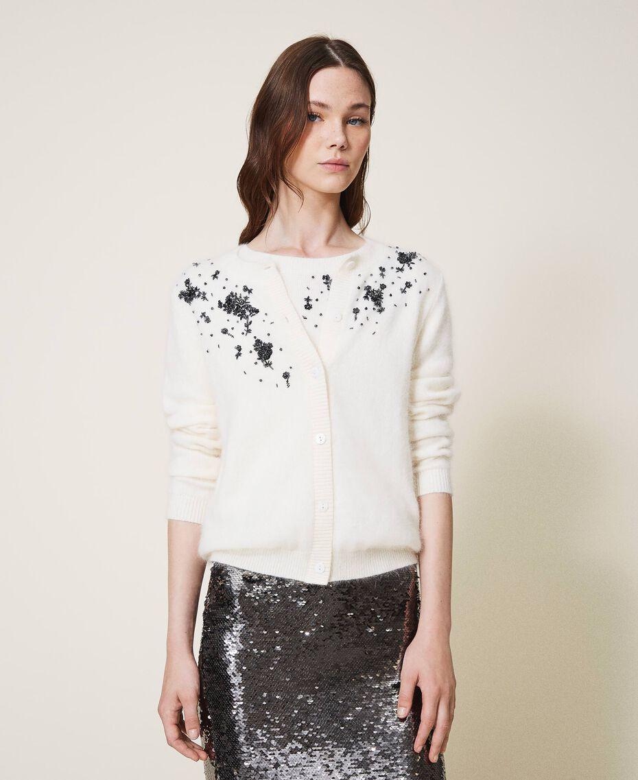 Strickjacke und Pullover mit Blumenstickerei Sahneweiß Frau 202TP3360-01
