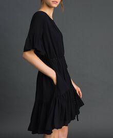 Kleid aus Crêpe de Chine mit Gürtel Schwarz Frau 192MP2163-02