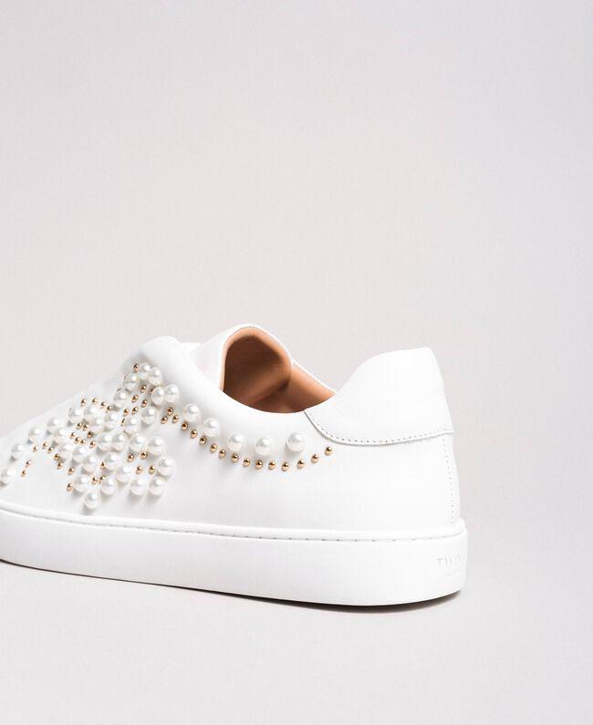Nietenleder-Sneakers mit Perlen Weiß Frau 191TCP220-03