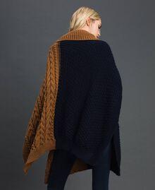 Strickponcho mit Zopfmuster Sequoia-Beige / Nachtblau Frau 192ST4784-03