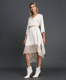 Robe en satin avec volants et dentelle Blanc Vanille Femme 192MP213A-01
