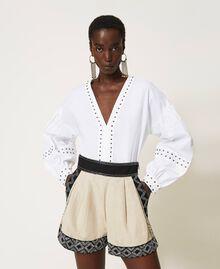 Shorts aus Leinenmischung mit Stickereien Zweifarbig Dünenbeige / Schwarz bestickt Frau 211TT2613-01