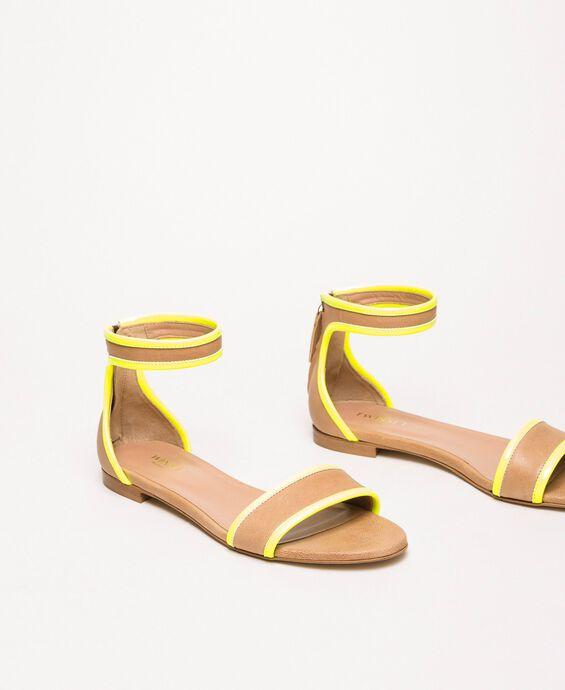 Flache Sandale aus Leder und Lack