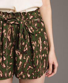 Shorts mit Tiermuster Motiv Tiere Amazonasgrün Frau 191LM2UJJ-04