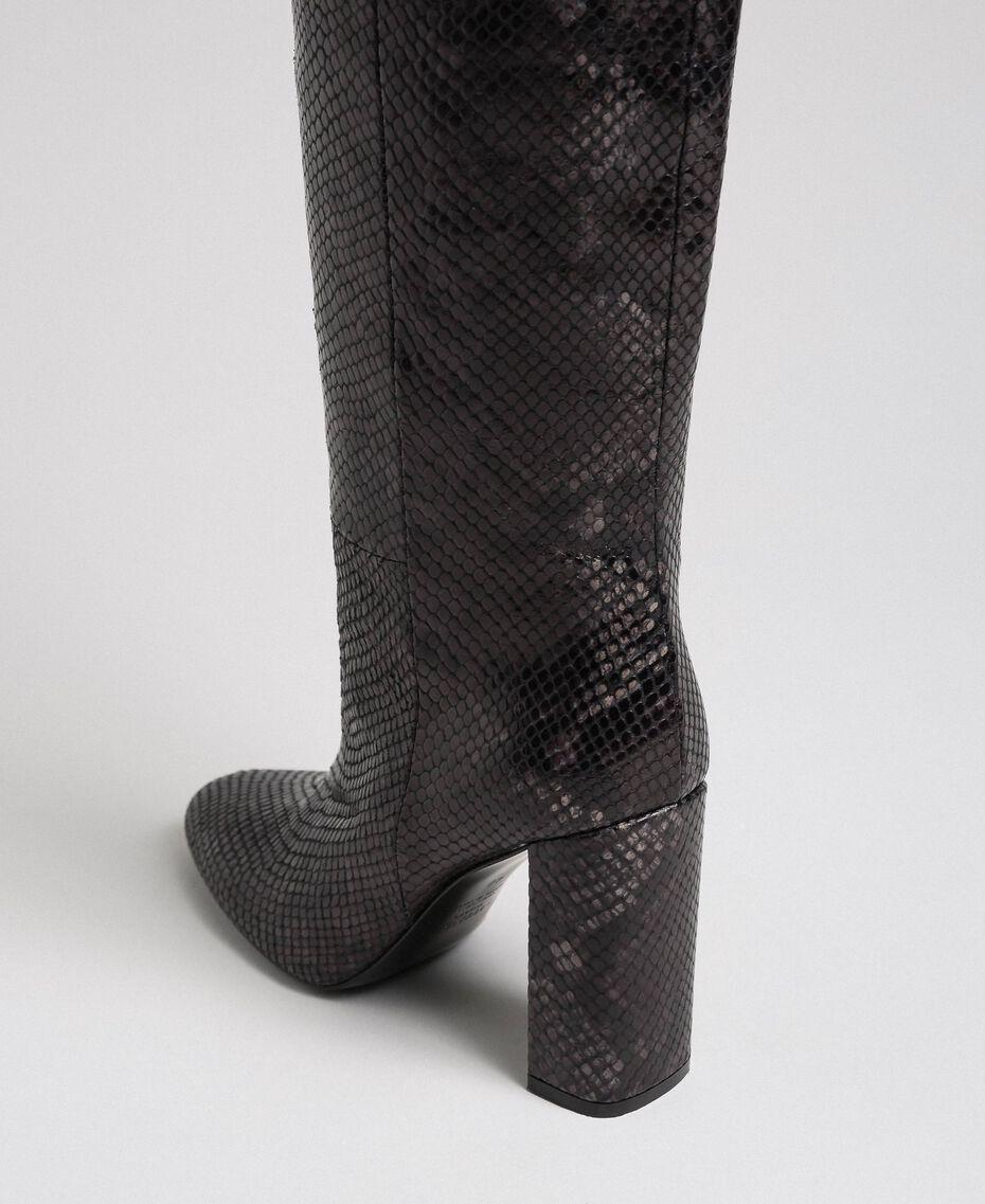 Hoher Stiefel aus Leder mit Animal-Dessin Pythonprint Pink Mousse Frau 192TCP108-03