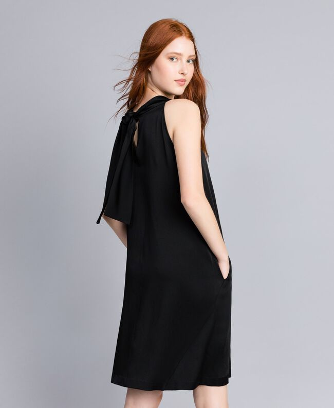 Kleid aus Envers-Satin Schwarz Frau QA8TGS-03