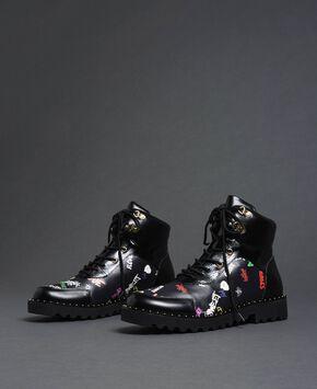 593ea5d80303 ... scarpe da donna e lasciati conquistare. Anfibi in similpelle con stampa  graffiti ...