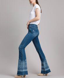 Jeans mit Laser-Muster und Glockenboden Denimblau Frau 191MT2381-03