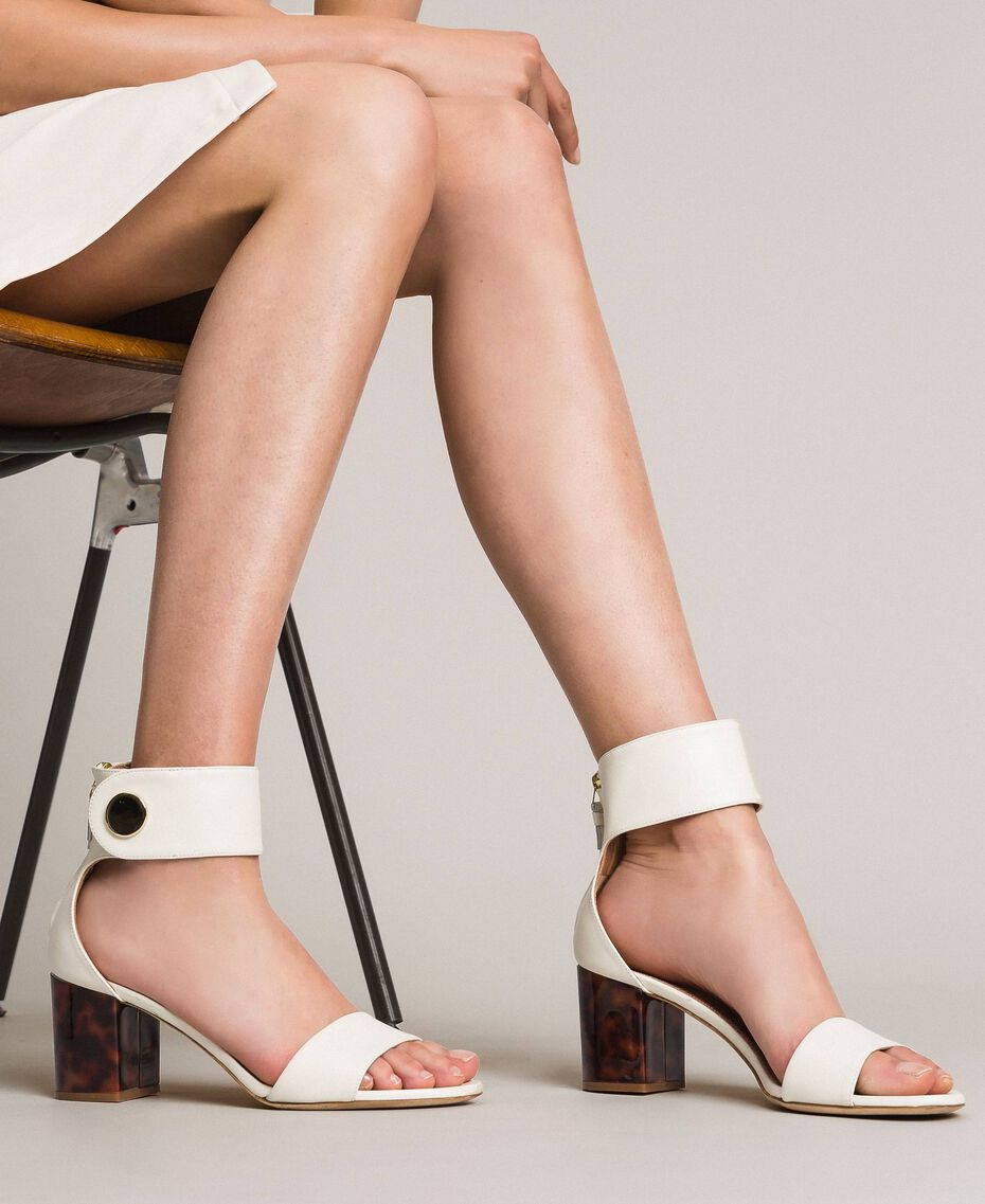 Sandalette aus Leder mit Knopf Weiß Schnee Frau 191TCP096-0S