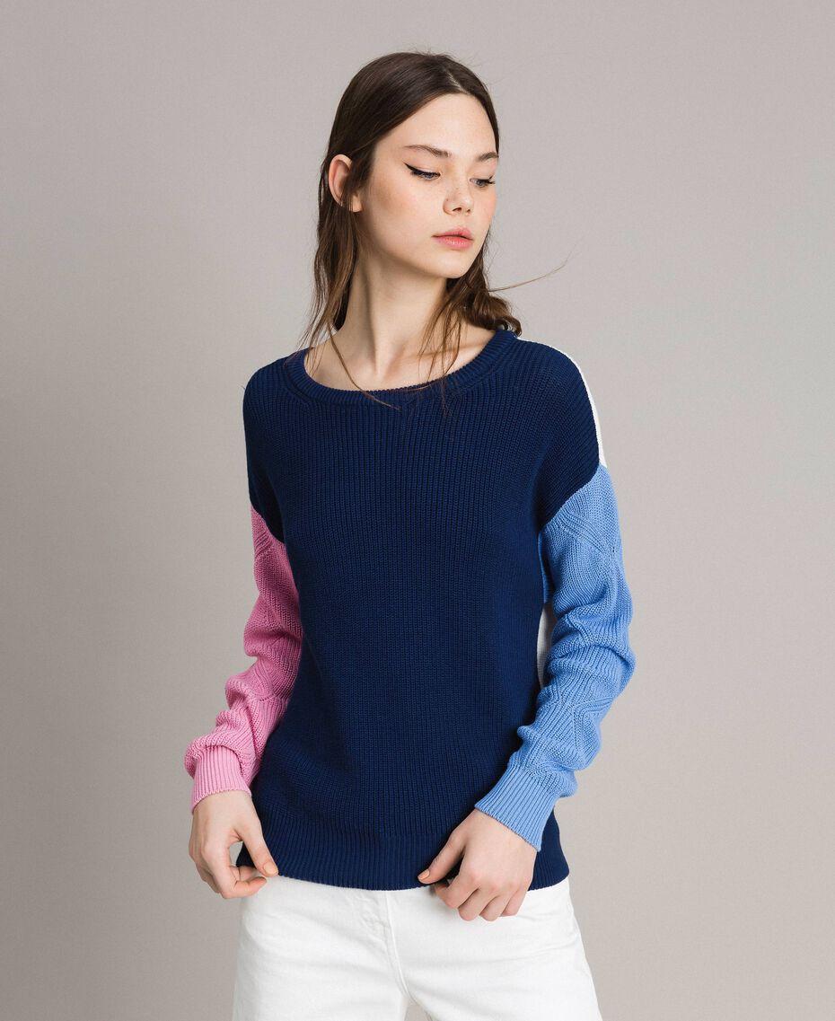 Pullover im Color-Block-Look mit Schleifenbrosche Multicolour Indigo / Weiß / Hortensienpink Frau 191MP3091-05