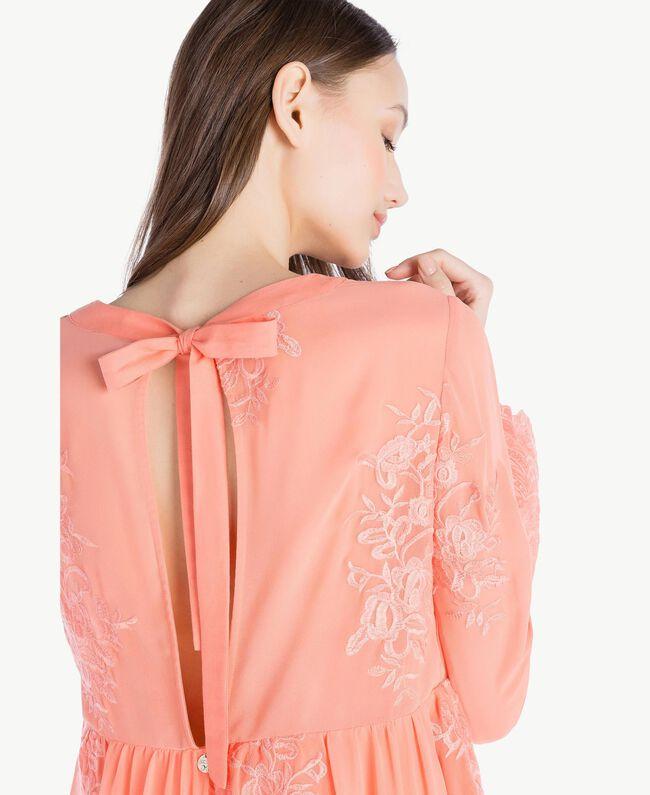 Kleid mit Stickerei Coral Pink Frau SS82JD-04