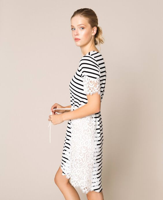 Полосатое платье с кружевом макраме