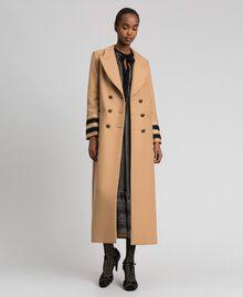 Langer, zweireihiger Mantel aus Tuch Kamel Frau 192TT2160-05