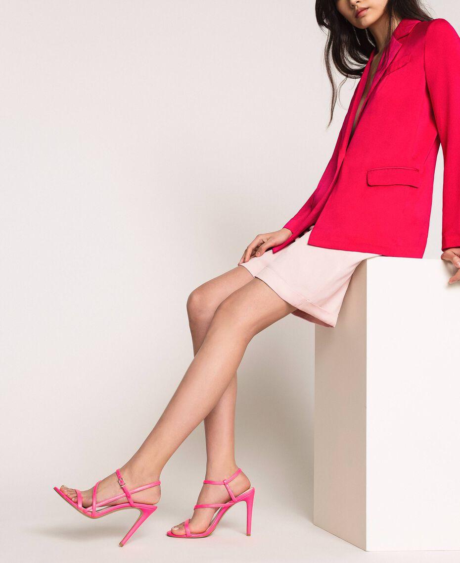 Sandalette aus Lederimitat in Neonfarbe Neonpink Frau 201MCT020-0S