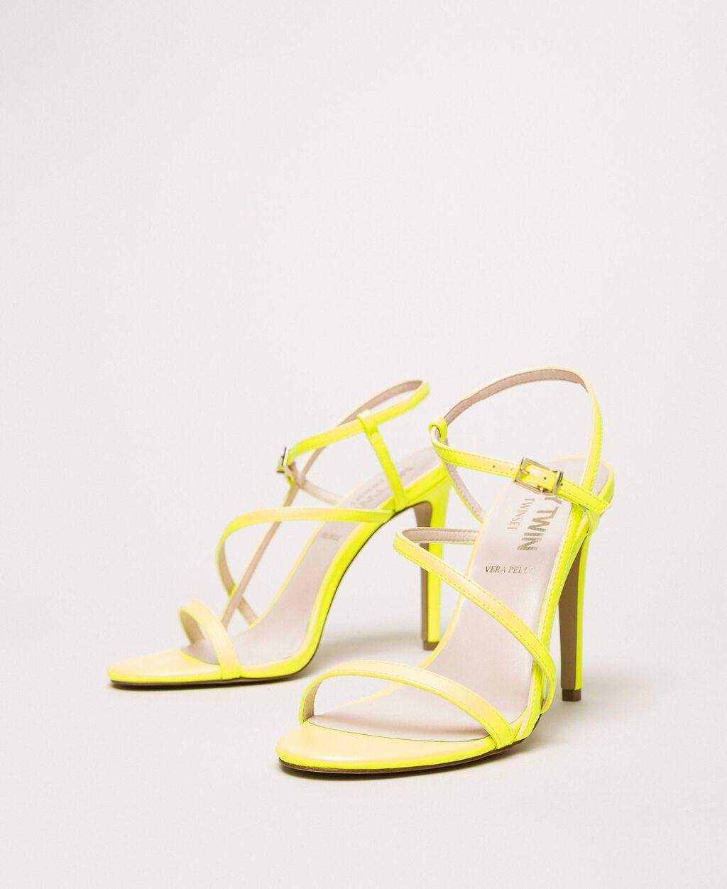 Босоножки из искусственной кожи флуоресцентного цвета на высоком каблуке