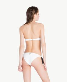 Bikini-Tanga mit Stickerei Optisches Weiß / Schwarz Frau BS8188-04