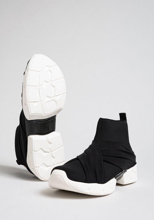 Sneakers im Laufschuhstil mit Perlen und Überkreuzung