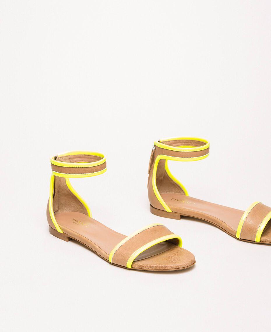 """Flache Sandale aus Leder und Lack Zweifarbig """"Desert""""- Beige/ Neongelb Frau 201TCP014-01"""