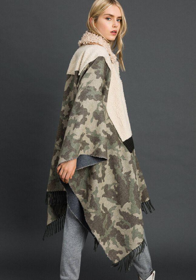 Mantella in panno camouflage e bouclé