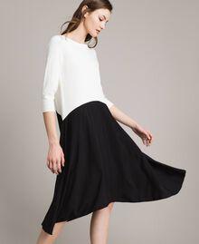 Zweifarbiges, asymmetrisches Kleid Zweifarbig Schneeweiß / Schwarz Frau 191TP3263-03