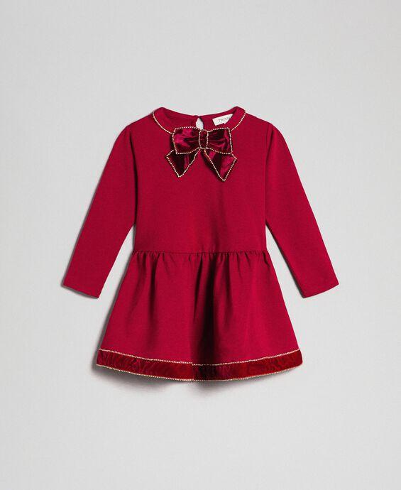 Kleid mit Brosche aus Samt mit Strassbesatz