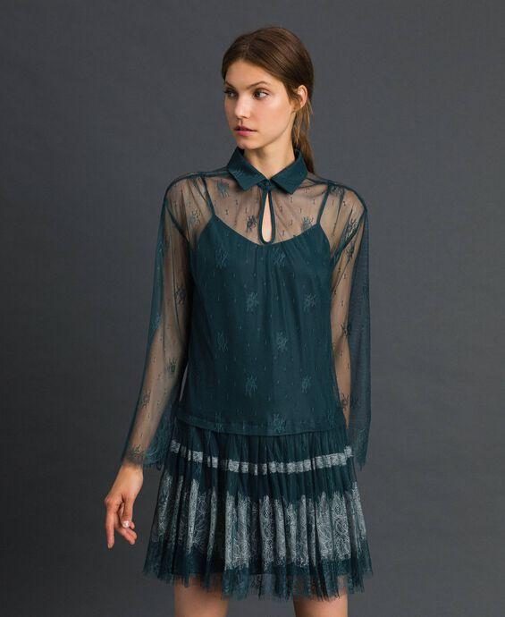 Vestido de encaje Chantilly con bajo plisado