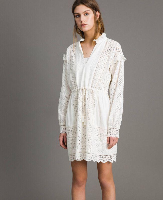 Kleid mit Lochstickerei und Volant Weiß Schnee Frau 191TT2044-04