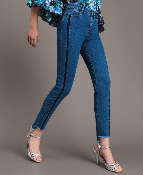 Jean skinny avec découpes ornées de strass