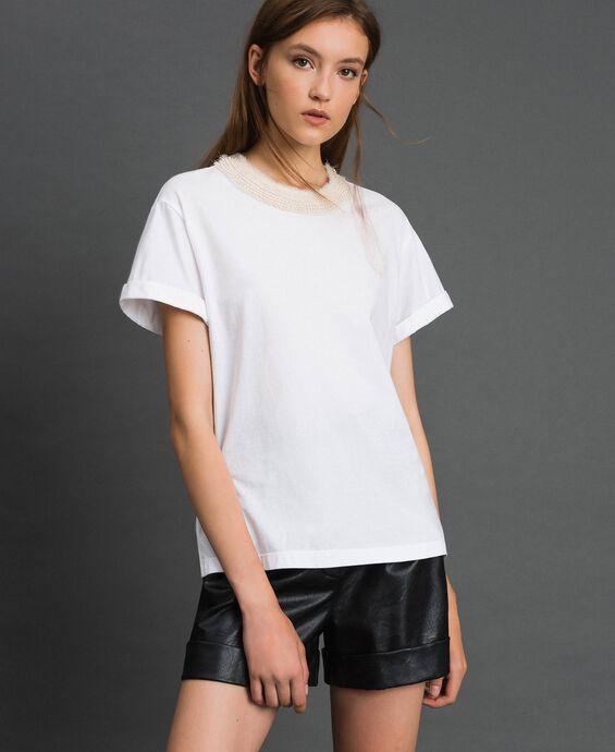 T-shirt con collo gioiello di perle