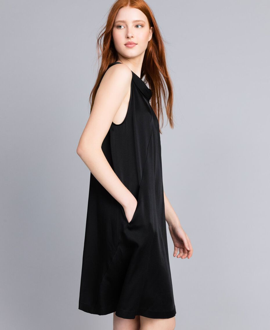 Kleid aus Envers-Satin Schwarz Frau QA8TGS-02
