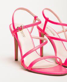 Sandalette aus Lederimitat in Neonfarbe Neonpink Frau 201MCT020-03