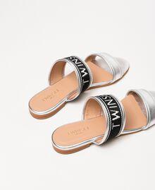 Flache Sandale aus Metallic-Leder mit Logo Silber-Metallic-Grau Frau 201TCP130-04