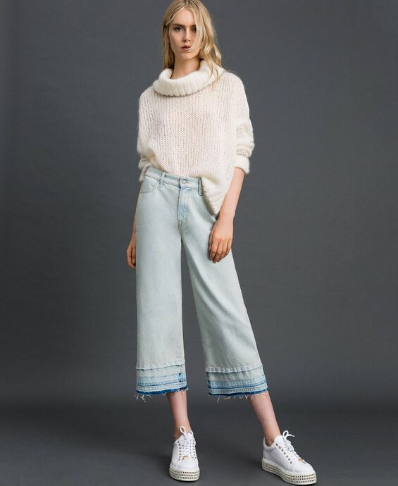 Wide leg jeans with frayed hem