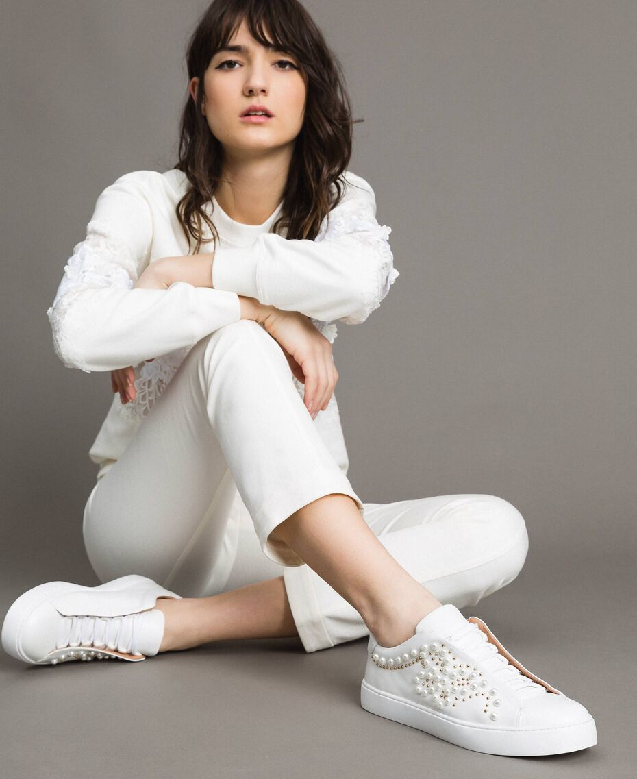 Nietenleder-Sneakers mit Perlen Weiß Frau 191TCP220-0S