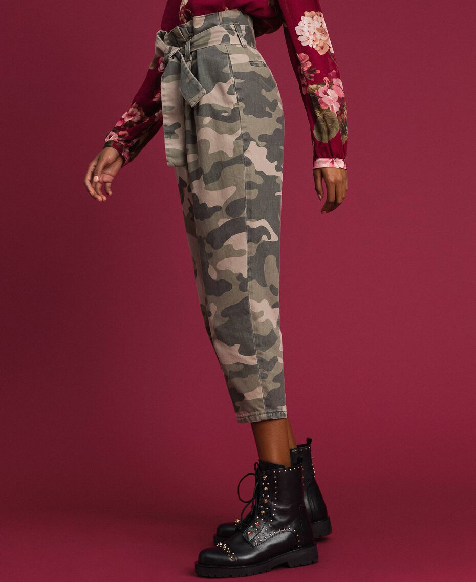 "Cropped-Hose mit Camouflagemuster Print ""Camouflage"" Frau 192TP2050-02"