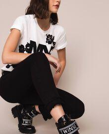 Skinnyhose mit ausgefranstem Beinabschluss Schwarz Frau 201MP2301-05