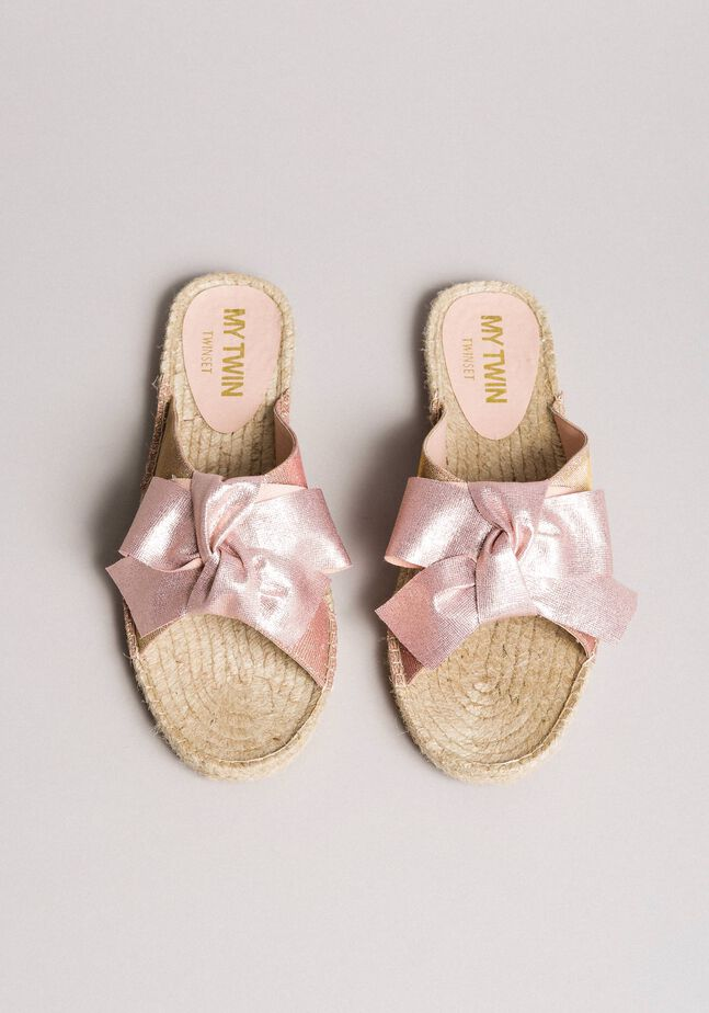 Criss-crossed slippers with bow