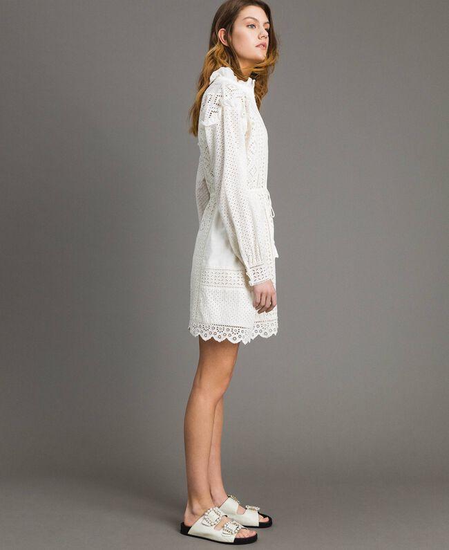 Kleid mit Lochstickerei und Volant Weiß Schnee Frau 191TT2044-01