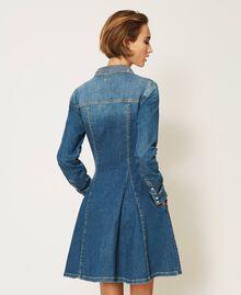 "Hemdblusenkleid aus Jeans mit Nieten Mittleres ""Denimblau"" Frau 202MP2473-04"