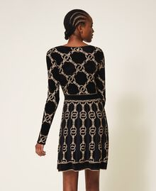 Kleid aus Jacquard-Strick mit Kettendessin Jacquard mit Kettendessin Schwarz Frau 202TT3161-04