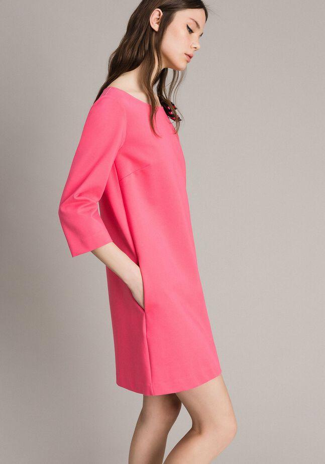 Kleid mit Schleifenbrosche
