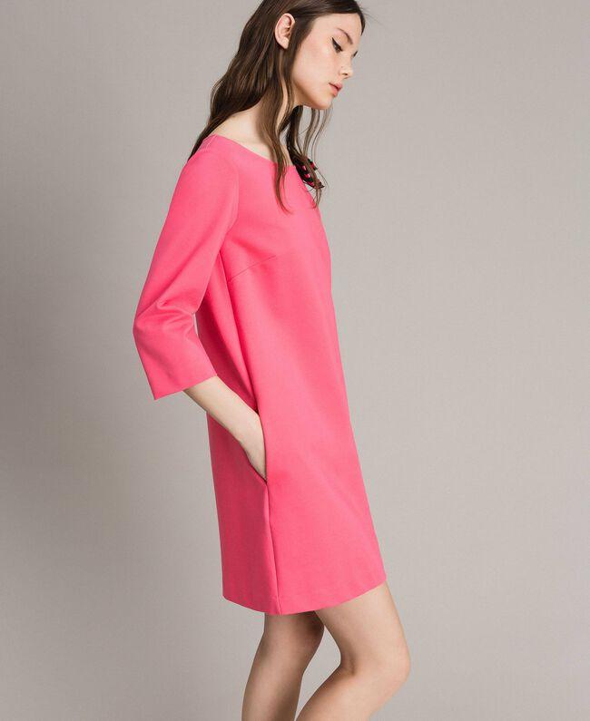 Kleid mit Schleifenbrosche Rosa Kamelie Frau 191MP2154-01