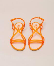 Flache Sandale aus Lederimitat in Neonfarbe Neonpink Frau 201MCT010-05