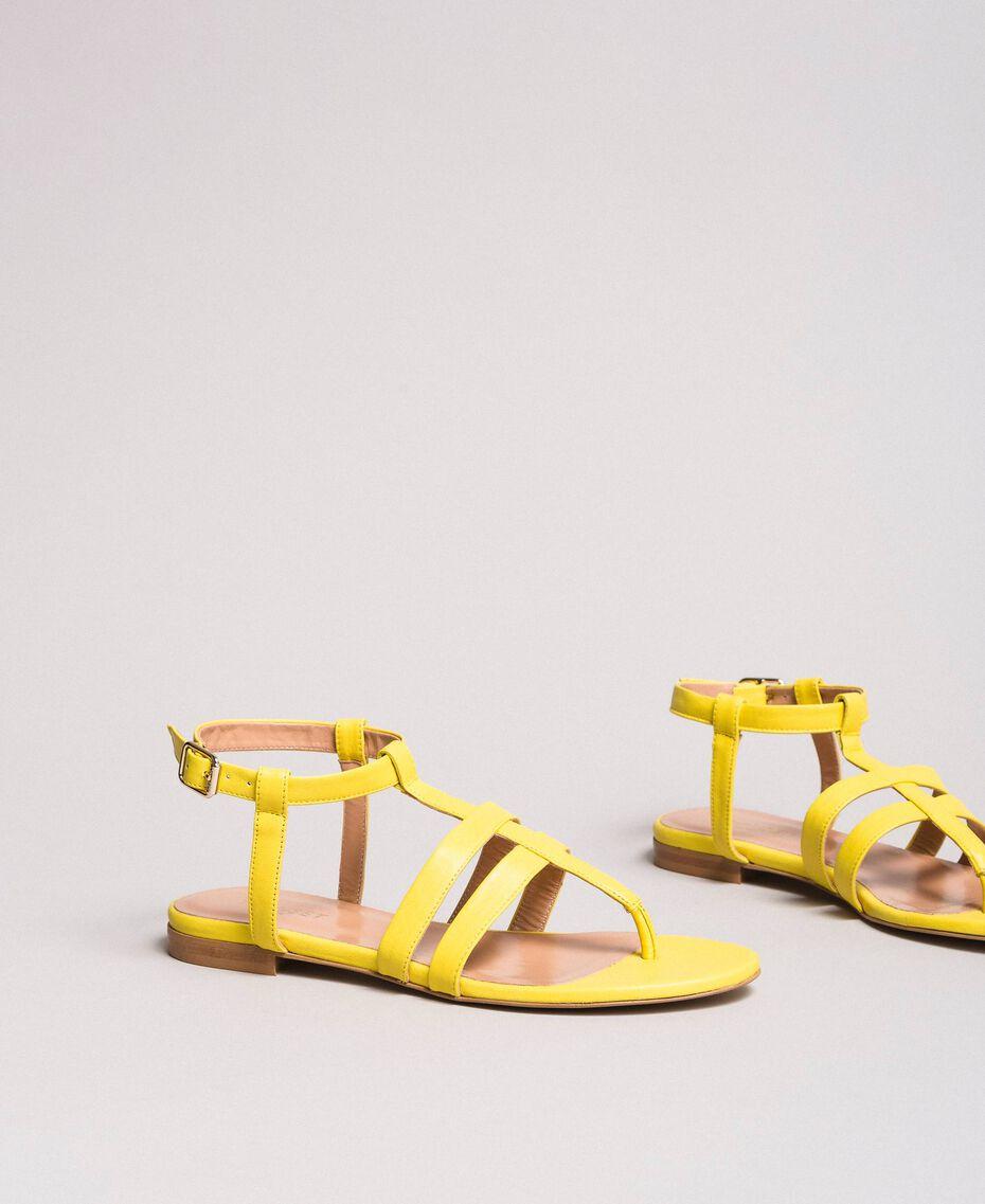 Sandales plates en cuir à imprimé animalier Jaune Femme 191TCP13A-01