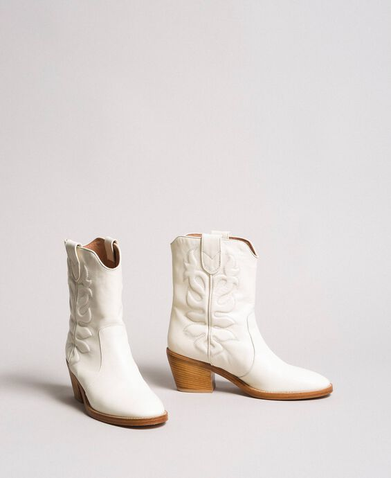 Leather cowboy boots with embroidery