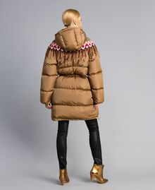 Lange Daunenjacke mit Strickeinsatz Camel Frau QA8TED-03