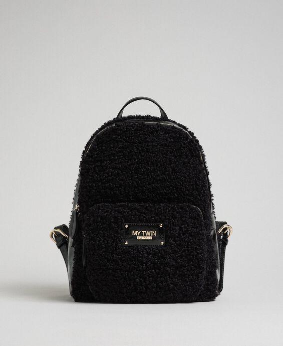 Rucksack aus Pelzimitat mit Fronttasche
