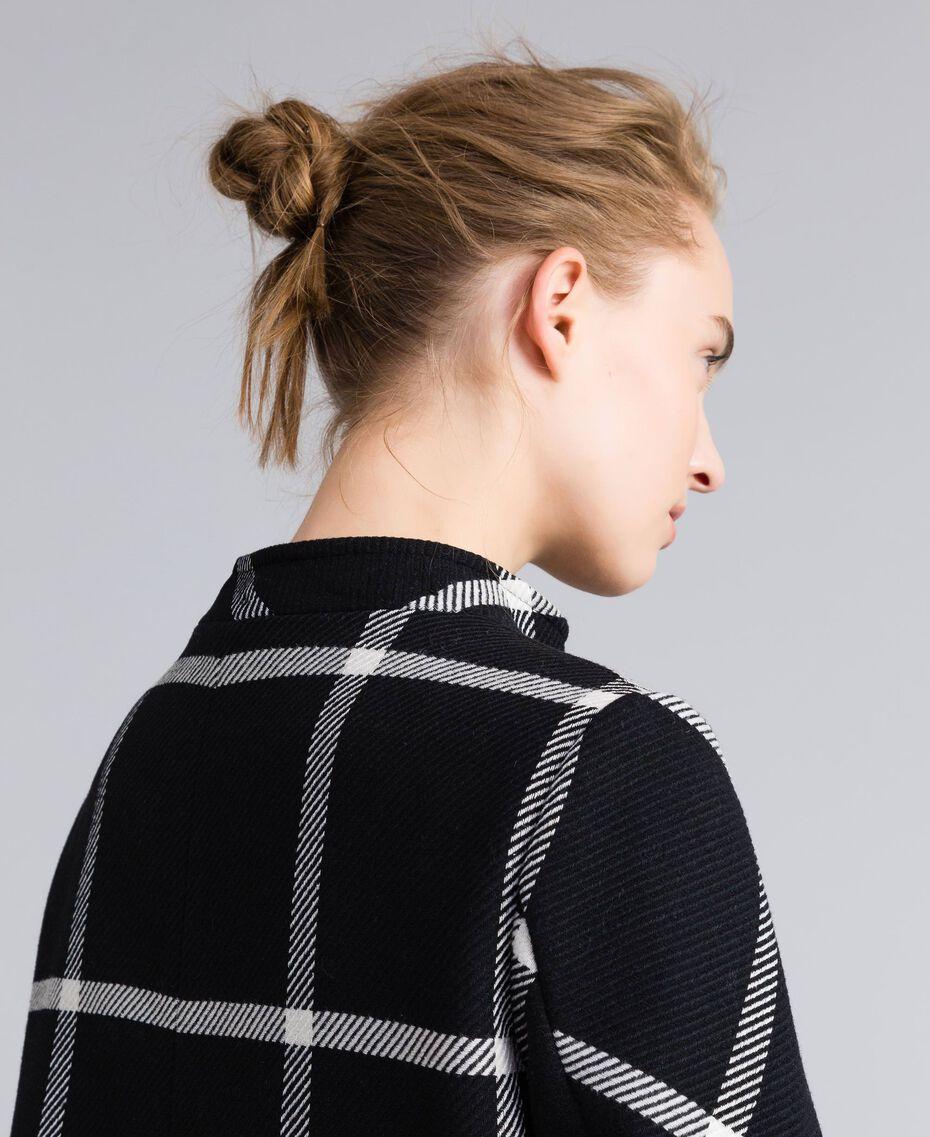 Manteau court en drap à carreaux Bicolore Carreaux Noir / Blanc Neige Femme PA826Y-05